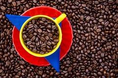 Kopp av colombianskt kaffe och färgerna av den colombianska flaggaoven arkivfoton