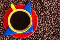 Kopp av colombianskt kaffe och färgerna av den colombianska flaggaoven royaltyfria foton