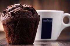 Kopp av den Lavazza kaffe och muffin Royaltyfria Bilder