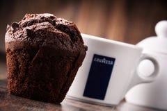 Kopp av den Lavazza kaffe och muffin Fotografering för Bildbyråer