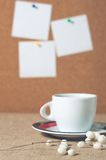 Kopp av den varma drinken med kaffebönor Fotografering för Bildbyråer