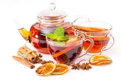 Kopp av den varma te och tekannan kanel apelsin, anis Royaltyfria Foton
