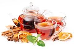 Kopp av den varma te och tekannan kanel apelsin, anis Arkivfoto