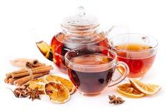Kopp av den varma te och tekannan kanel apelsin, anis Royaltyfria Bilder