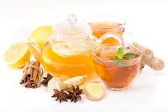 Kopp av den varma te och tekannan kanel apelsin, anis Arkivbilder