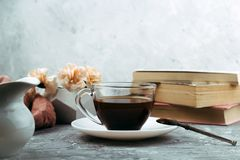 Kopp av drink och böcker royaltyfria bilder