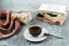 Kopp av drink och böcker arkivfoto