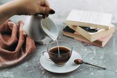 Kopp av drink och böcker royaltyfri fotografi