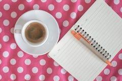 Kopp av espresso med dagboken på tappning Arkivbild