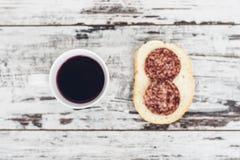 Kopp av fruktte med salamismörgåsen på tappningträtabellen Royaltyfri Fotografi