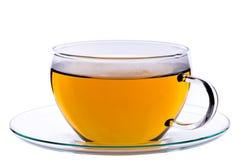 Kopp av grönt kinesiskt gunpowder te på tefatet, snabb bana inklusive Arkivbild
