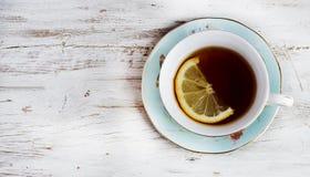 kopp av grönt te med citronen arkivfoton