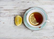 kopp av grönt te med citronen royaltyfri fotografi