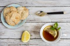 kopp av grönt te med citronen arkivbilder