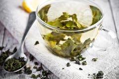 Kopp av grönt te och citronen Arkivbild