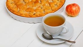 Kopp av grönt te och den hemlagade pajen med äpplen och päron royaltyfria bilder