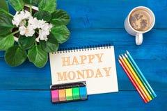 Kopp av grönt te och text i Notepad: Lyckliga måndag Arkivfoton