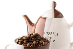 Kopp av grillade bruna kaffebönor Royaltyfri Bild