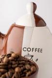 Kopp av grillade bruna kaffebönor Arkivfoton