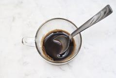 Kopp av italienskt kaffe som isoleras på marmor Arkivfoto