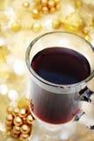 Kopp av kaffe med julprydnadar Arkivfoto