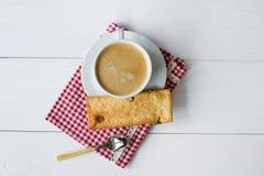 Kopp av kaffe med kexar Arkivfoton