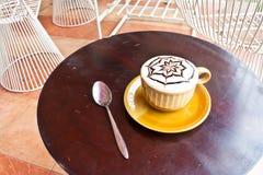 Kopp av kaffe med skeden på tabellen Royaltyfri Fotografi