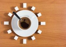 Kopp av kaffe med socker som en klocka Royaltyfria Foton