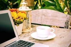 Kopp av kaffe och bärbar dator Royaltyfri Foto
