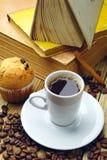 Kopp av kaffe och gammala böcker Royaltyfria Bilder