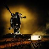 Kopp av kaffe och kaffemaskinen Arkivbilder