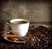 Kopp av kaffetappningstilleben arkivbilder