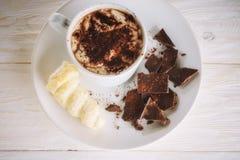 Kopp av kakao och efterrätten Royaltyfria Bilder
