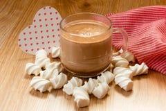 kopp av kakaoträskmelow och att höra royaltyfri bild