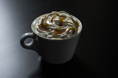 Kopp av karamellcappuccinokaffe Arkivbild