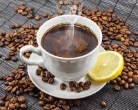 Kopp av läckert aromatiskt kaffe Arkivfoton