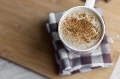 Kopp av latte med kakaopulver Arkivfoto