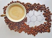 Kopp av Latte och den molekylära strukturen av koffein royaltyfria foton