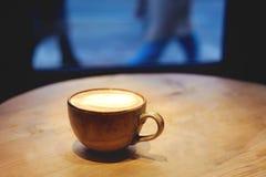 Kopp av latte på tabellen fotografering för bildbyråer