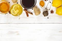 Kopp av ljust rödbrun te med citronen och honung Arkivfoton