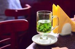 Kopp av mintkaramellte i kafé Arkivbild