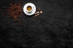 Kopp av mjölkaktigt kaffe på svart copyspace för bästa sikt för tabell klart bruk för bakgrundskaffe Arkivbild