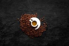 Kopp av mjölkaktigt kaffe på svart copyspace för bästa sikt för tabell klart bruk för bakgrundskaffe Arkivfoton
