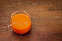 Kopp av morotfruktsaft Fotografering för Bildbyråer