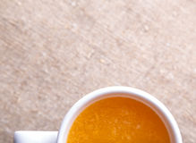 Kopp av ny orange fruktsaft Royaltyfri Bild