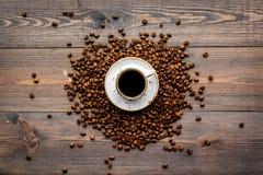 Kopp av nytt bryggat fylligt kaffe på mörk träbästa sikt för tabell klart bruk för bakgrundskaffe Arkivbilder