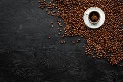 Kopp av nytt bryggat fylligt kaffe på svart copyspace för bästa sikt för tabell klart bruk för bakgrundskaffe Fotografering för Bildbyråer