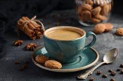 Kopp av nytt kaffe med Amaretti kakor på mörk bakgrund arkivbild