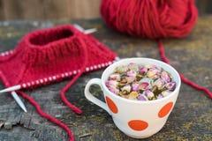 Kopp av rosa te och handarbete Fotografering för Bildbyråer