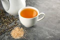Kopp av smakligt grönt te på tabellen arkivbilder